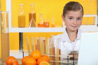 Aluna realizando aula experimental sobre vitamina C da laranja
