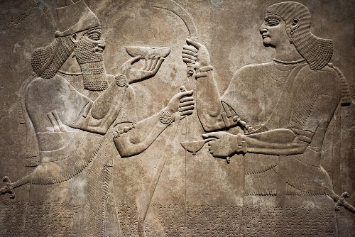 Antiga escultura, criada pelos assírios no século IX a.C., retrata o rei Ashurnasipal com um servo