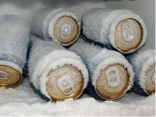 Ao adicionar sal ao gelo, a bebida congela mais rápido.