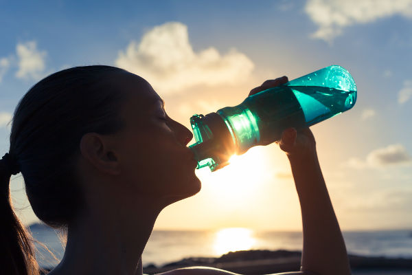 Ao beber água na garrafa, esta entra em contato com a saliva, a qual contém vários micro-organismos