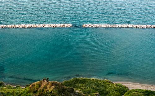 Ao depararem-se com um obstáculo, as ondas podem contorná-lo