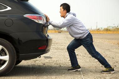 Ao empurrar um carro, transferimos energia cinética para o veículo por meio da aplicação de uma força