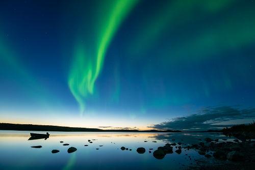 As auroras polares ocorrem pelo encontro de partículas vindas do Sol com a atmosfera