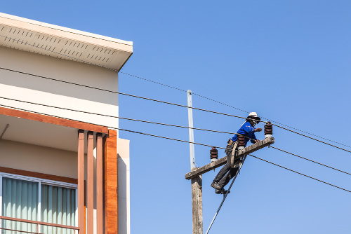 As empresas de distribuição de energia elétrica no Brasil levam energia a residências de todo o país