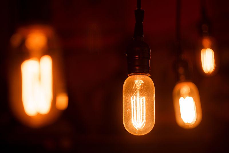 As lâmpadas incandescentes brilham por causa do efeito Joule, que ocorre em seu filamento de tungstênio
