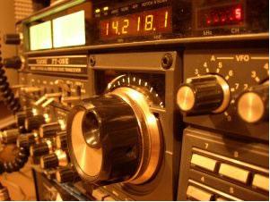 As ondas de rádio (AM e FM) são ondas eletromagnéticas com comprimento entre 3 . 108 nm até 3 . 1017 nm