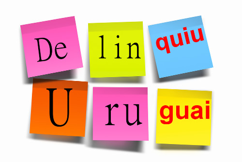 As sílabas em vermelho apresentam um encontro vocálico de uma vogal e duas semivogais. Saiba mais no texto!