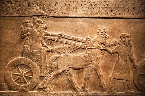 As tábuas da Epopeia de Gilgamesh foram encontradas na Biblioteca de Nínive, construída a mando de Assurbanípal*
