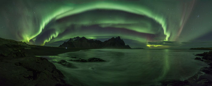 As luzes polares são originárias da interação entre o vento solar e o campo magnético terrestre.