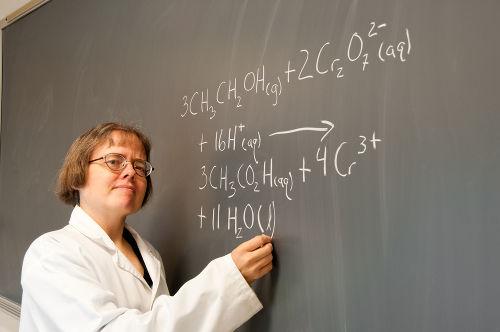 Balancear uma equação de oxirredução com íons pode ser feito de forma simples