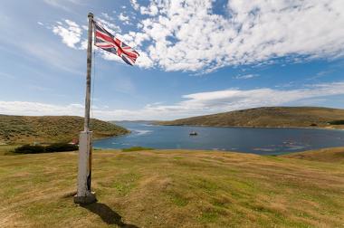 Bandeira do Reino Unido em uma das ilhas das Malvinas