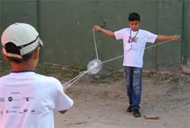 Os brinquedos feitos com material reciclável são uma ótima forma de trabalhar a criatividade das crianças
