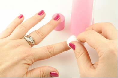 A propanona ou acetona é comumente utilizada na remoção de esmaltes das unhas