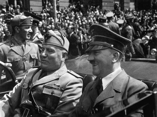 Benito Mussolini (ao lado de Hitler) foi o grande líder do fascismo italiano, movimento político surgido em 1919.*