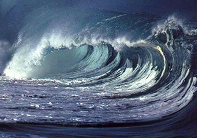 Ondas se propagando na superfície do mar geralmente quebram, trazendo grande quantidade de energia