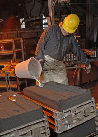 Na produção do alumínio, ele é obtido no estado líquido e é colocado em moldes
