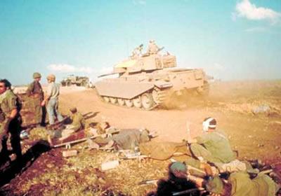 Tanque israelense passando por uma estrada onde se encontravam soldados feridos por forças árabes.