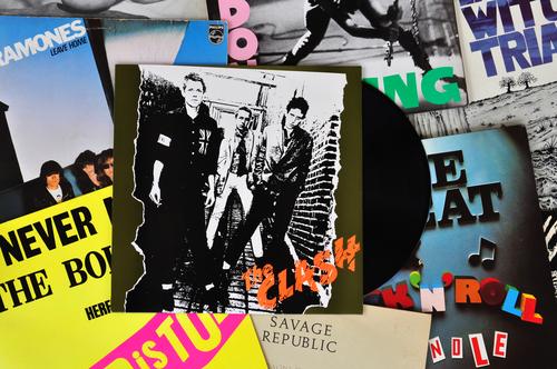 O punk e suas ideias se difundiram principalmente pela música