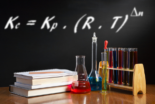 Expressão da relação entre constantes Kc e Kp para reações em equilíbrio químico