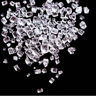 Assim como mostram esses cristais de sal, todo composto iônico é formado por um conjunto de cátions e ânions que originam um aglomerado