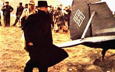 Momento exato em que Mussolini é resgatado pelas tropas alemãs.