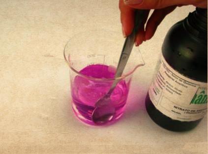 Como a adição de um íon comum afeta o equilíbrio de uma reação?