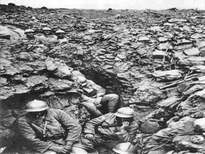 Trincheira francesa durante a Batalha de Verdun, em 1916