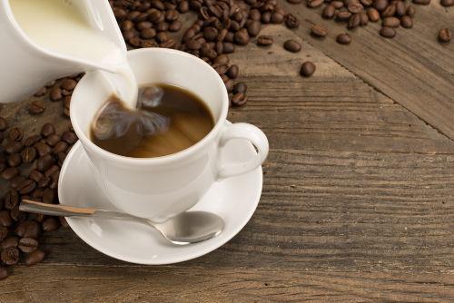 Café com leite é uma mistura de soluções com solutos diferentes sem reação química