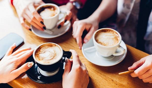 O consumo exagerado de café pode trazer riscos à saúde