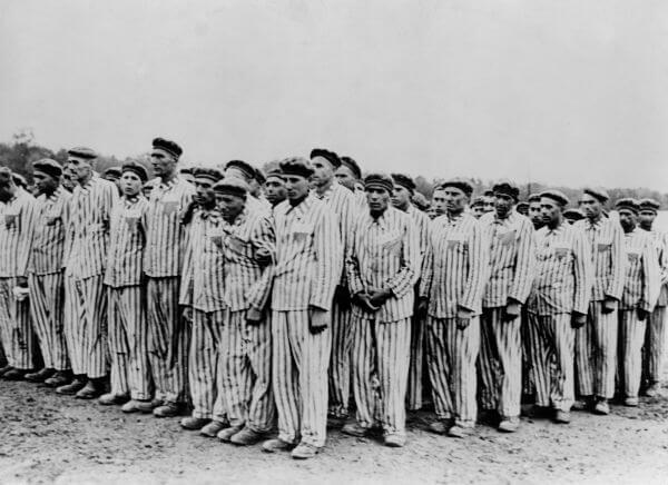 Prisioneiros judeus que estavam instalados no campo de concentração de Buchenwald.*