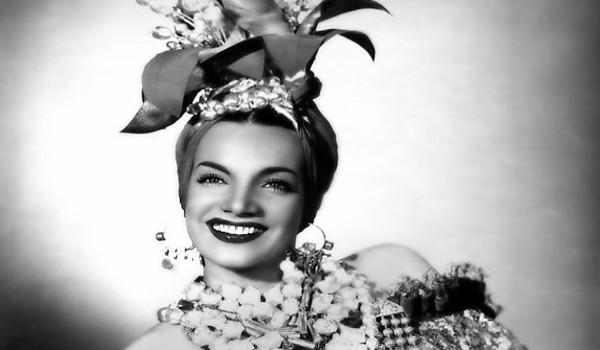 Carmen Miranda ficou eternizada pela fantasia de baiana, usando adereços com flores e frutos (Crédito: Commons | Domínio Público)