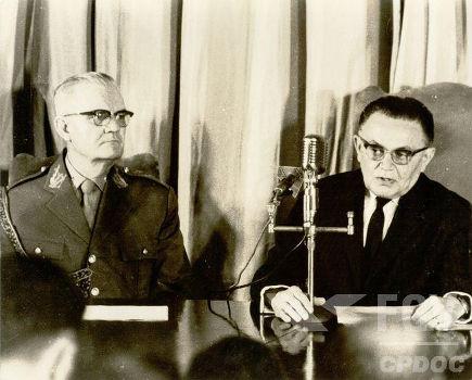 À direita na imagem, está Humberto Castello Branco, presidente do Brasil de 1964 a 1967.*