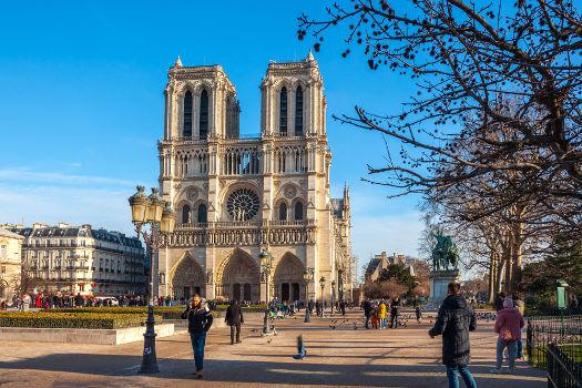 A Catedral de Notre-Dame foi construída no século XII e, atualmente, é um dos principais pontos turísticos de Paris.*