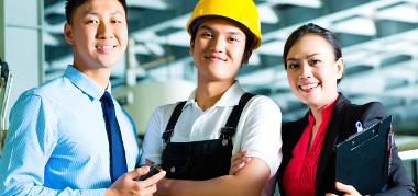 Grupo de trabalhadores na China, um país emergente altamente industrializado