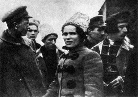 Nestor Makhno é o homem ao centro. Sua liderança frente ao exército negro suscitou forte oposição do governo bolchevique