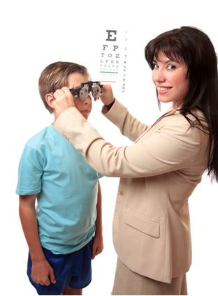Exame de acuidade visual em criança com Escala de Sinais de Snellen