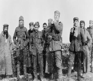 Foto que registrou o encontro entre soldados alemães e ingleses durante o natal de 1914.*
