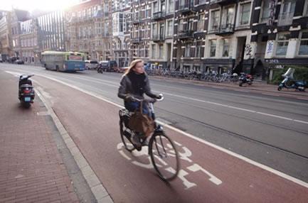 Trocar os automóveis por bicicletas é uma forma saudável de contribuir com o meio ambiente.