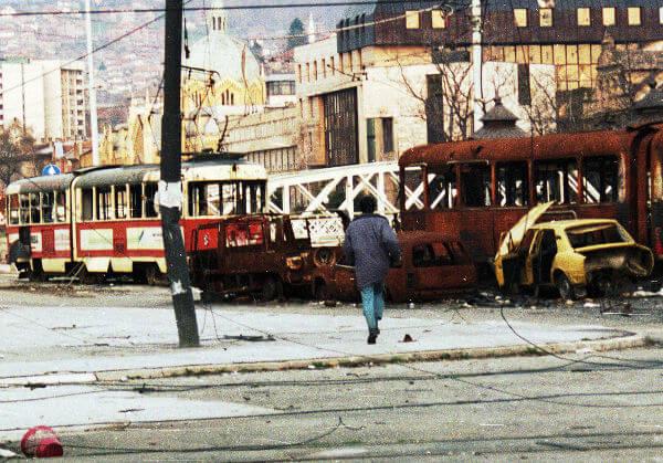 Durante a Guerra da Bósnia, era comum que os habitantes de Sarajevo atravessassem certos locais da cidade correndo, devido aos snipers.*