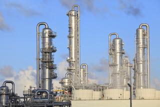 Torres de destilação em refinaria de petróleo