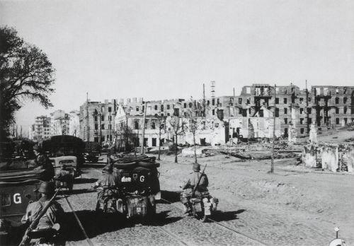 Chegada das tropas alemãs em meio à destruição da cidade de Minsk, durante a Operação Barbarossa.