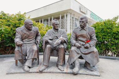Churchill, Roosevelt e Stalin reuniram-se em Teerã, em 1943, para tratar do destino da Segunda Guerra *