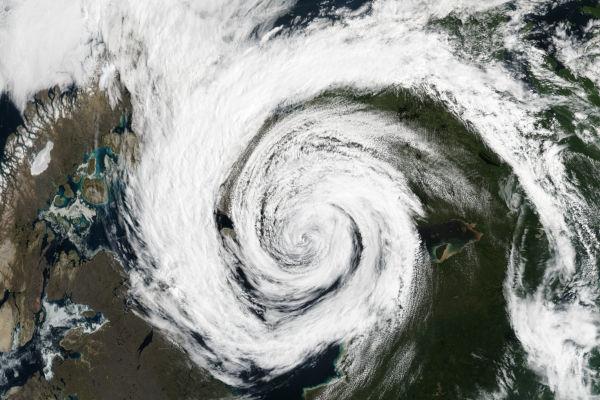 Ciclone são tempestades tropicais que se formam geralmente nos oceanos, em uma zona de baixa pressão atmosférica.