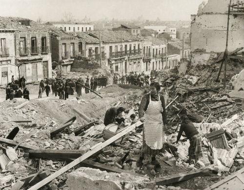 Cidadãos madrilenhos em meio a escombros, ao fim da Guerra Civil Espanhola