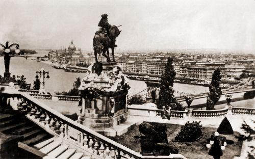 Cidade de Budapeste, entre 1938 e 1944, antes da destruição causada no cerco soviético.*
