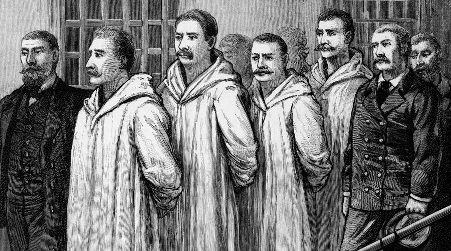 e243eefb0493 Acima, quatro anarquistas de Chicago condenados à execução como  responsáveis pela explosão da bomba em