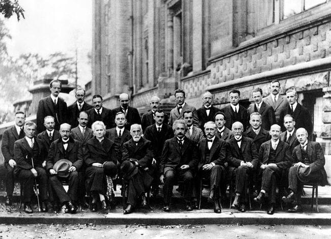 5ª Conferência de Solvay, em 1927. Na foto, temos reunidos grandes nomes da Física, como Einstein, Bohr, Rutherford, Schröedinger e Marie Curie*.
