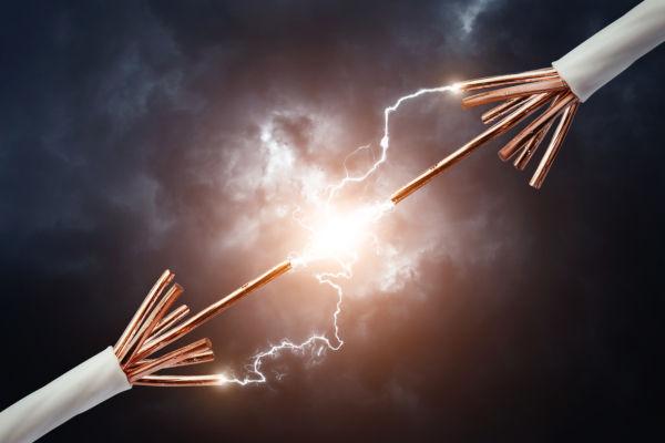A corrente elétrica é o fluxo de cargas elétricas motivado por uma diferença de potencial.