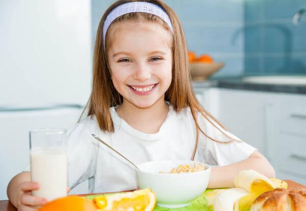 O café da manhã é uma importante refeição, e as crianças devem realizá-la antes de irem para a escola.