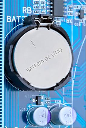 Bateria de lítio sendo usada em placa-mãe de computador